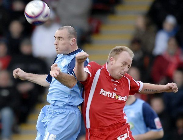 ENGLAND, LEYTON, BRISBANE ROAD - 02/02/2008 - COCA-COLA LEAGUE ONE - LEYTON ORIENT VS SOUTHEND UNITED: ALAN MCCORMACK OUT JUMPS PAUL TERRY. CREDIT: GALVINEYES/GARRY BOWDEN