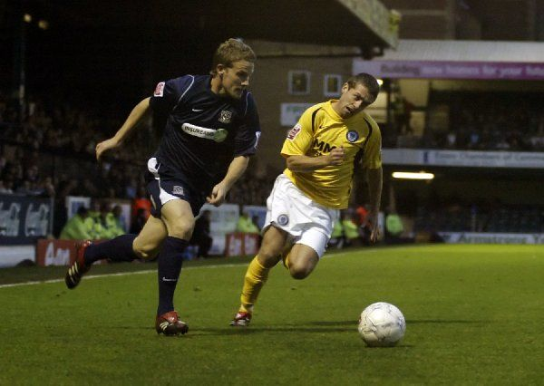 ENGLAND, SOUTHEND, ROOTS HALL - FA CUP 1ST ROUND - SOUTHEND V ROCHDALE: Mark Gower runs his marker ragid as Southend launch another surge forwards. CREDIT: Galvineyes
